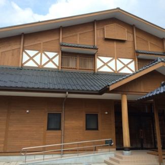 内子の木材を使用して、この春開校した幼稚園と小学校中学校です