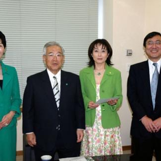 (財)2005年日本国際博覧会協会(左から)坂本副会長、豊田会長、中村事務総長と。