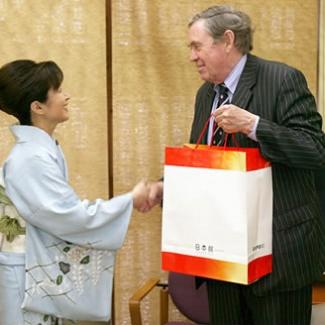 日本館の記念品をお土産に。