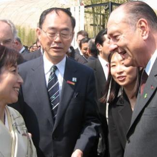3月27日、フランスのシラク大統領が会場を視察されました。