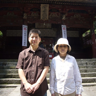 I prayed for a safe climb with Mr. Amano from Yashio in front of the temple gate.