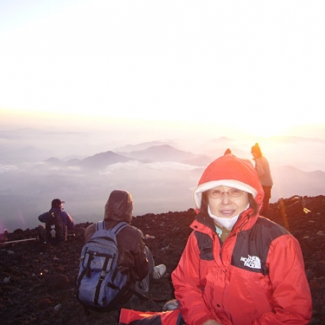 The temperature at the summit was 4 degrees Celsius. It was quite cold.
