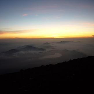 8/7 富士山頂にて御栄光 目の下中央に光るのが山中湖