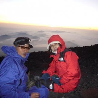 「世界は2人のために」? イエイエ、カメラの後ろは芋の子を洗う大賑わい 今年の登山者1万人突破の日でした
