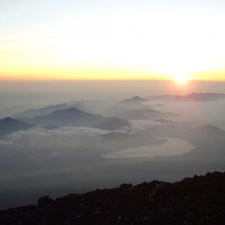 昇る朝日(3) この日は遠く江の島や伊豆大島まで見渡せました