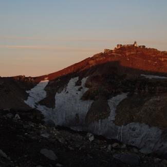 残雪の火口より対岸の富士山測候所を望む