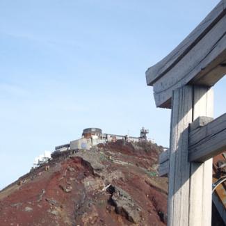 山頂神社の鳥居から望んだ旧富士山観測所