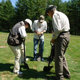 ゴルフ場跡地に寄せ植えをします