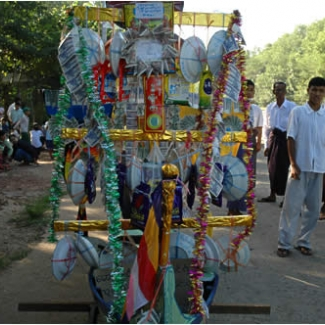 「村祭」 手作りの屋台は生活雑貨、お菓子、紙幣とさまざま