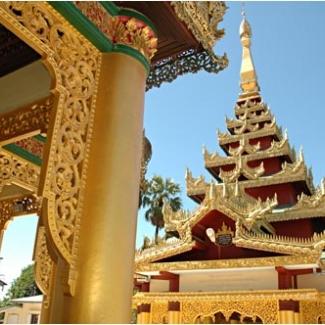 町や村のそこここで見かけるパゴダ(寺院) とにかく金ピカです