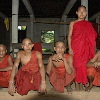 バゴーの村の小さな僧院で お坊さんの多い国です