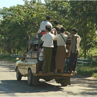 バス。ななめにバッグをかけているのが車掌さん 席によって料金が違うそうだけど見分けるのも大変そう