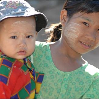 顔に塗っているのはタナカ 木から採れる日焼け止め、お化粧です