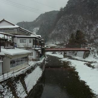 洞川(どろがわ)温泉街と山上(さんじょう)川