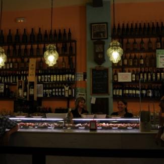 バル店内 ワインの重みで棚がたわんでいます!