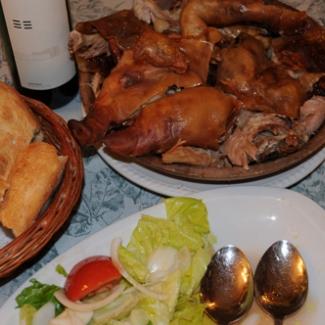 そしてランチがサラゴサ名物(!?)子豚の「開き」(右上)を薪の窯で芳ばしく焼いたもの