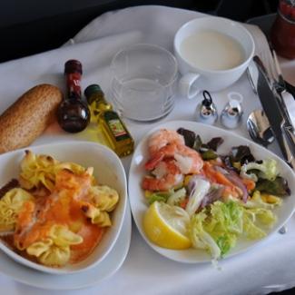 7月22日 サラゴサ→バルセロナ 車内サービスのランチ メインディッシュはニョッキ