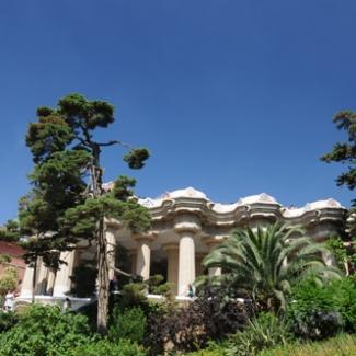正面にそびえる、ドーリス式列柱 100本の柱は宮殿のよう 実際は市場になる予定だった