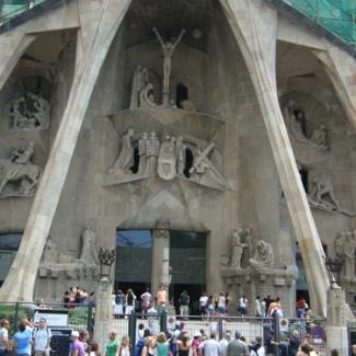 中央には磔のイエスの彫刻