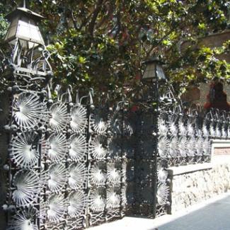 世界遺産「カザ・ビセンス」 グェル公園と同様 シェロの葉のデザインの鉄柵