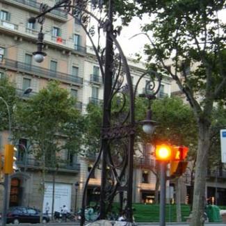 ガウディデザインの街灯 今も現役